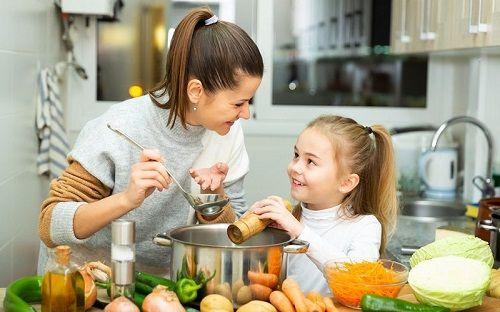 Una madre y su hija preparan alimentos saludables
