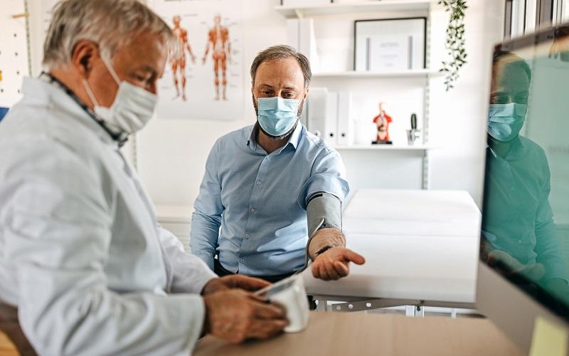 Hombre en consulta de urologia