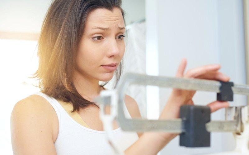 Mujer usando la báscula